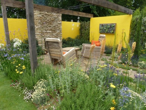 yellow walls add colour to the garden