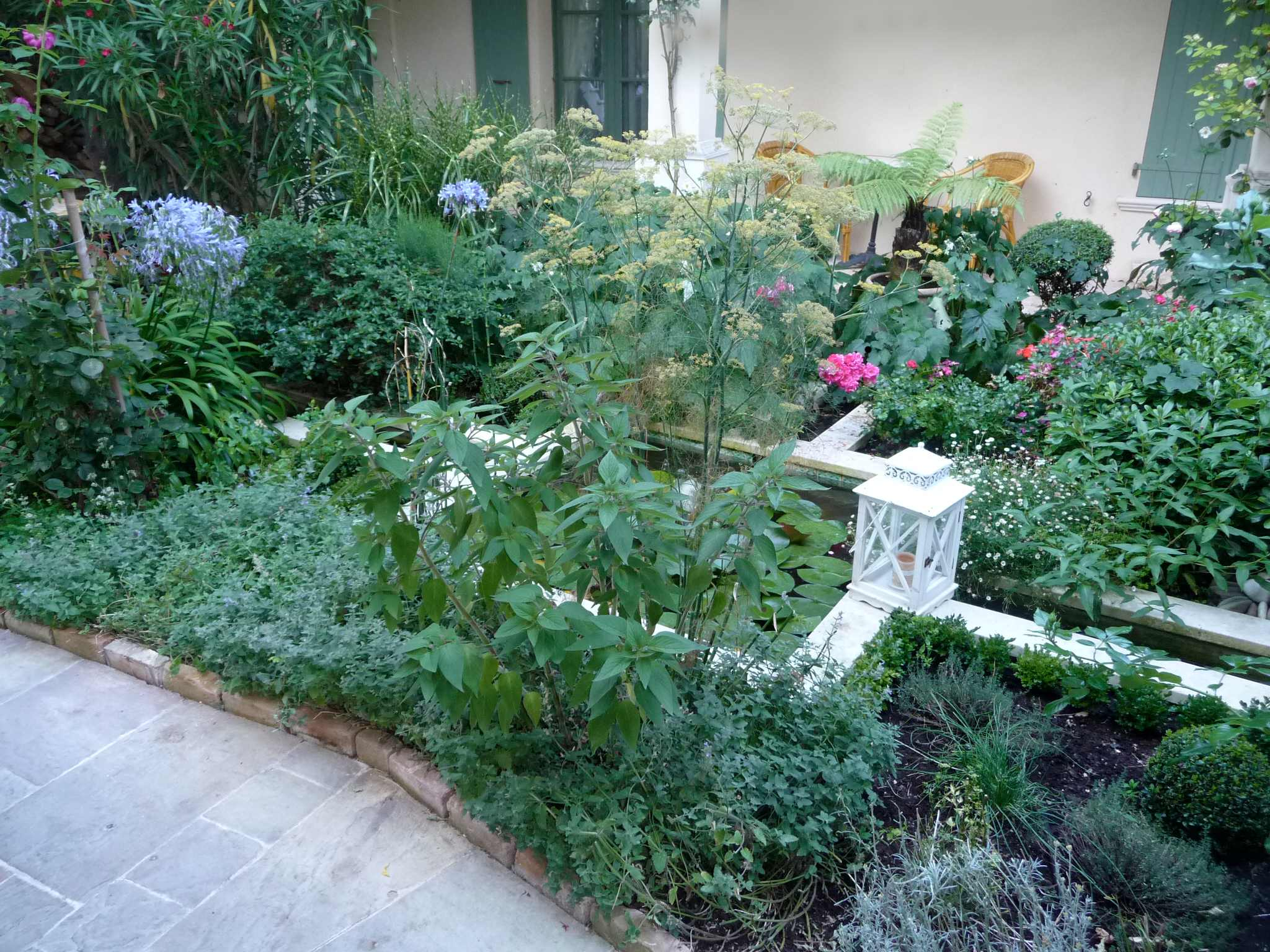 Courtyard garden design the enduring gardener for Very small courtyard ideas