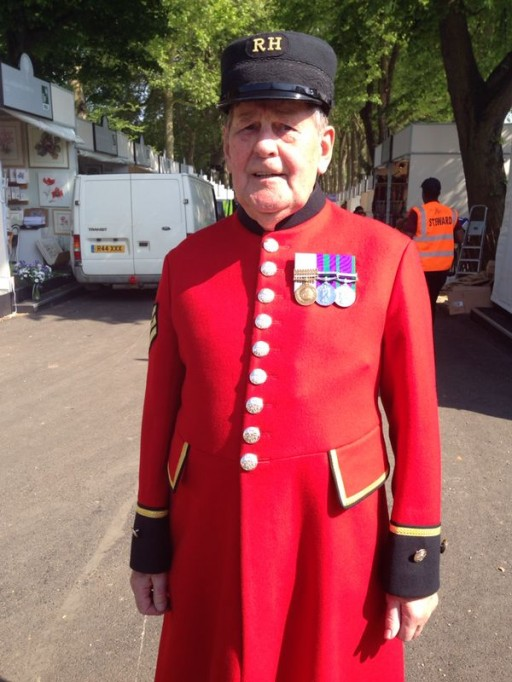 chelsea pensioner standing to attention
