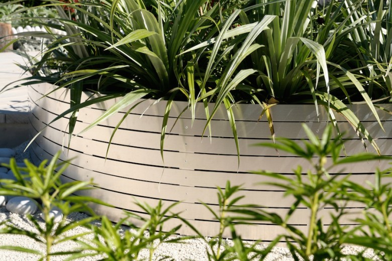 Aluminium slat raised garden bed