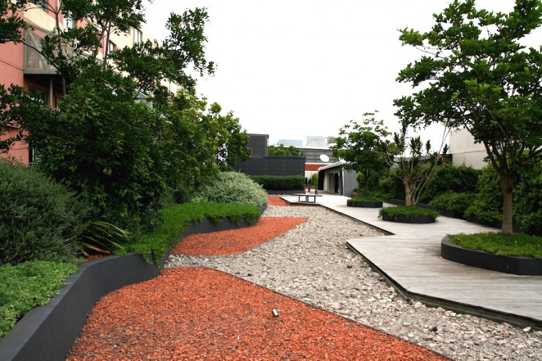 Using metal edging to sculpt gravel areas in a roof garden. Design Daniel Bafsky