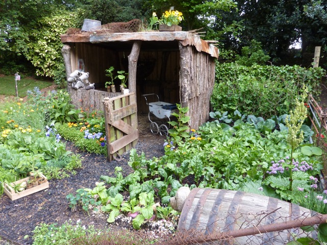 wooden-shack-in-cottage-garden